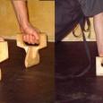 На видеоролике фрагмент тренировки с упражнениями на минитренажерах для укрепления кисти, которые получили название «Колодки». Колодки имитируют совместное напряжении кисти и хвата пальцев, подобное тому которое возникает при удержании плоскости оружия и положения лезвия в момент сильного удара. Представлены 3 модели тренажеров: продольные колодки – для одной руки, которые можно использовать в парном варианте, а также для двух рук (имитация хвата двуручного оружия) и поперечные колодки для укрепления движений кисти в вертикальной плоскости.